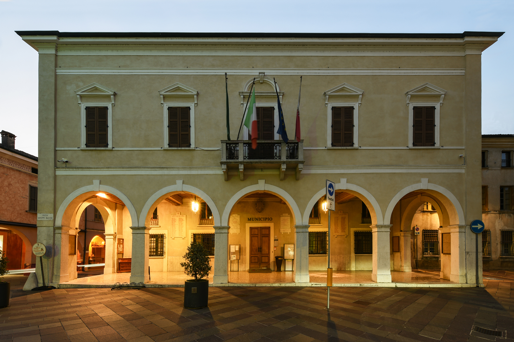 EDIFICIO COMUNALE   Castel Goffredo - Mantova – Italia. Case Study PERFOMANCE iN LIGHTING.